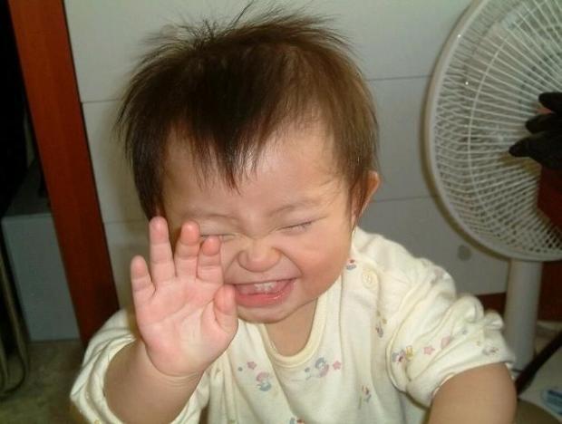 صور مضحكه جدا جدا للاطفال , صور لطفل يفطس من الضحك