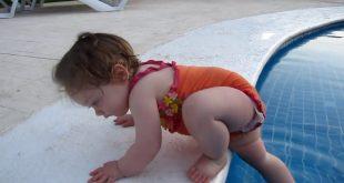 صور اطفال مضحكين في المسبح , اضحك مع مواقف الاطفال