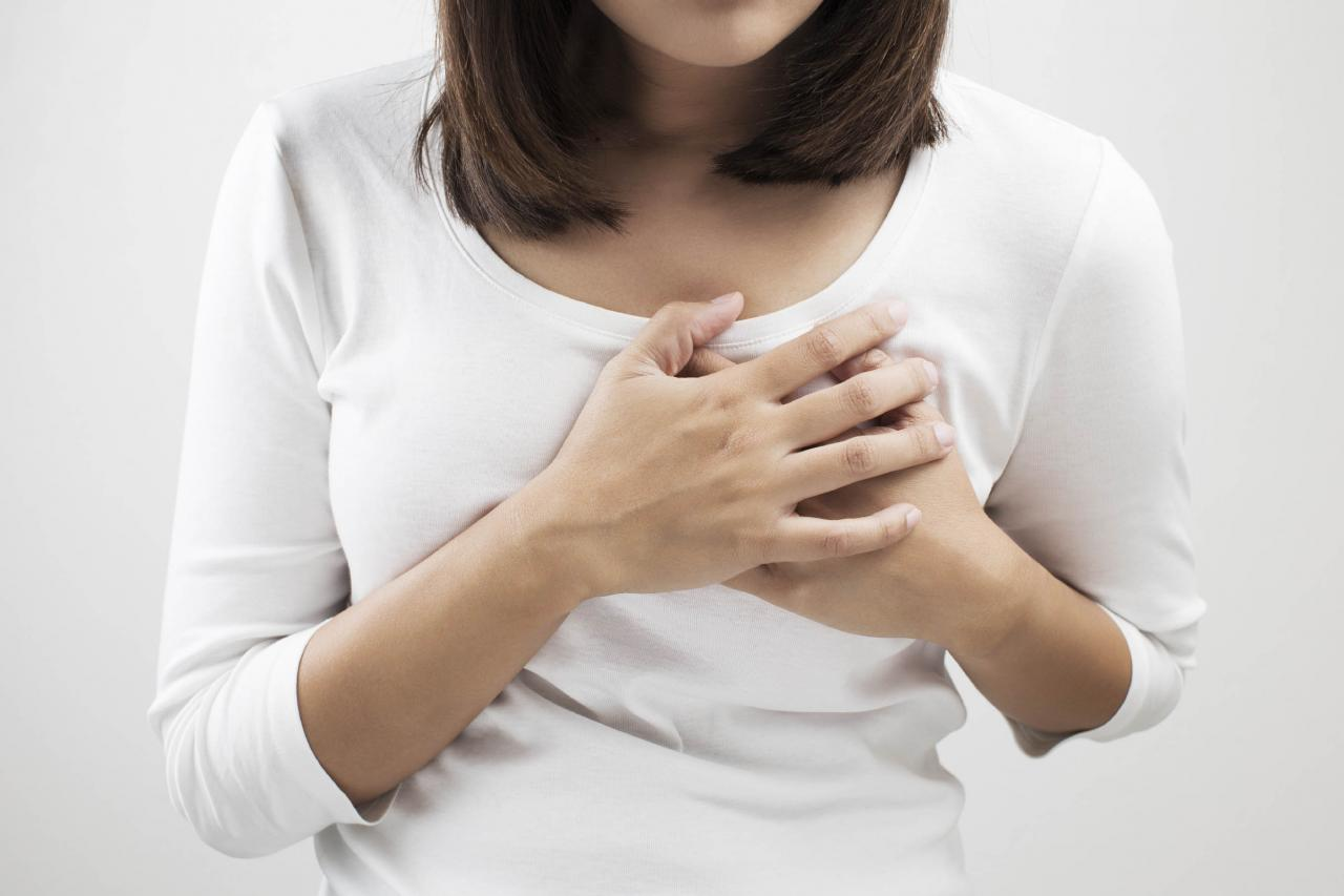 صورة الام الثدي من اعراض الحمل , كل اعراض الحمل مختلفة عن بعضها